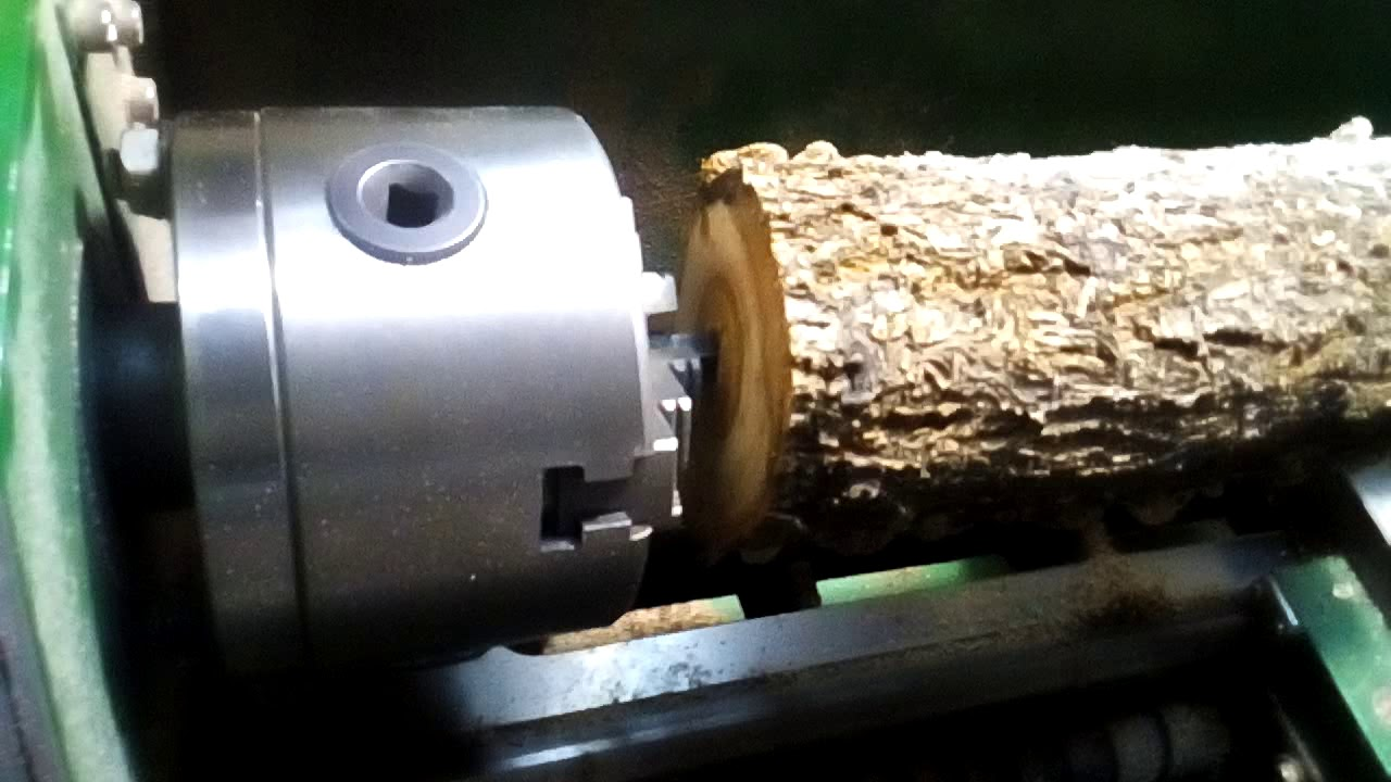 Обработка дерева на токарном станке.