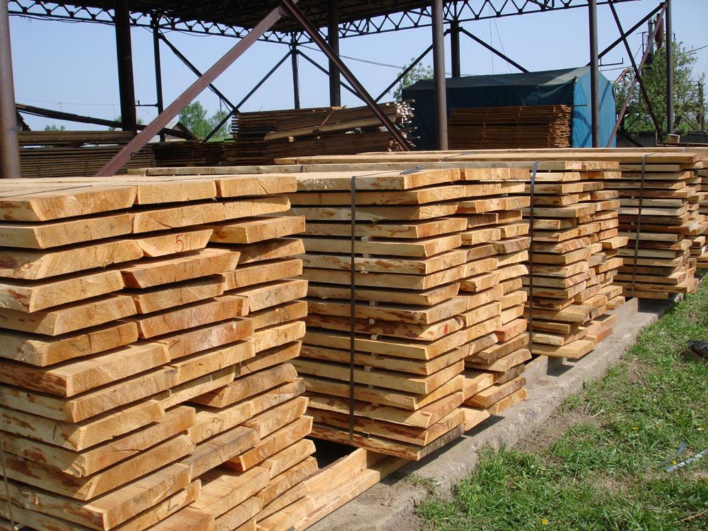 Обработка дерева на производстве.