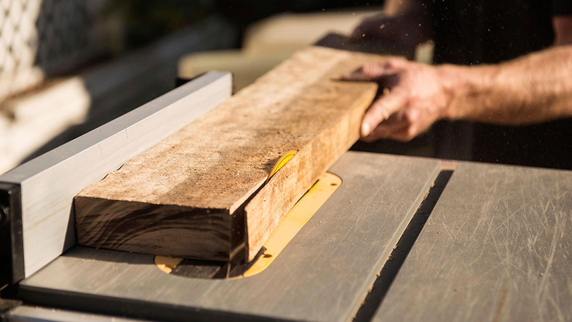 Обработка древесины клена.