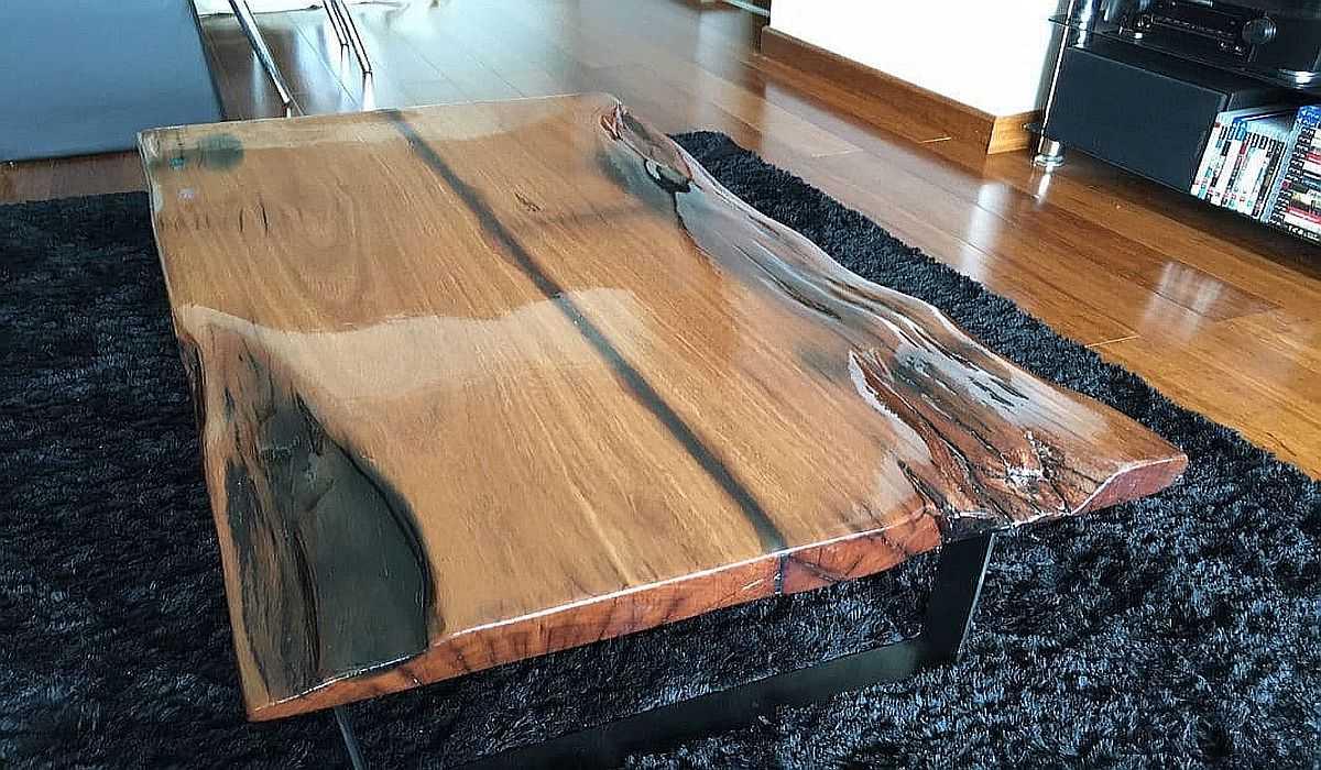 Столы из эпоксидки на деревянном основании.