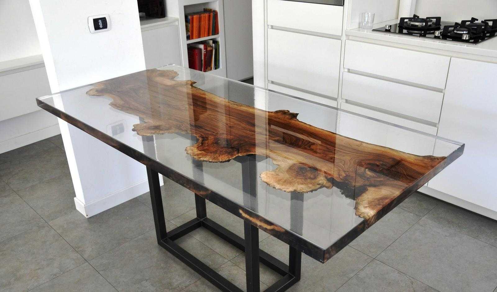 Прозрачные столы из смолы.