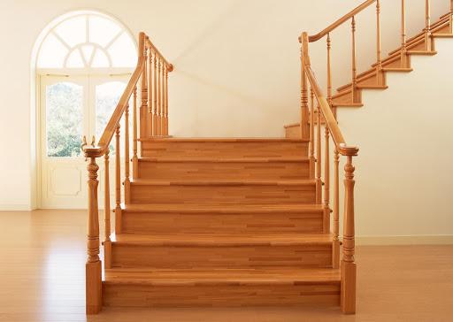 Лестница из древесины клена.